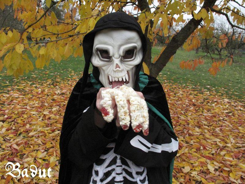 Popkornshånd og skelletmand til Halloween