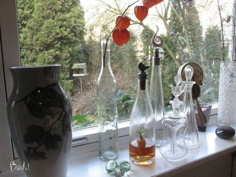 Vaser og flasker i vinduet