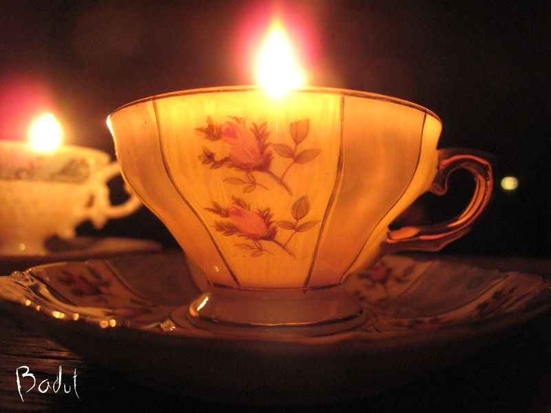 Hjemmelavede lys i smukke kopper