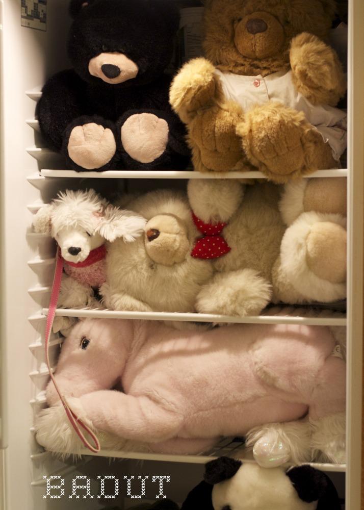 Drillenisse på arbejde her med bamser i køleskabet