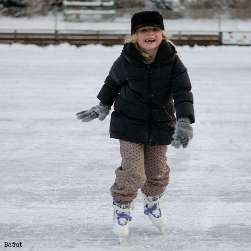 Anna på skøjter med store hansker