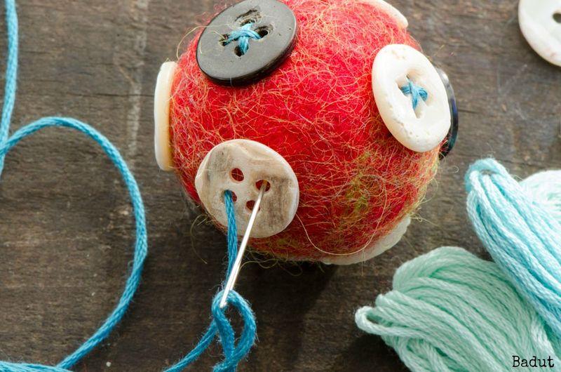 Broderer på uldbolde med knapper