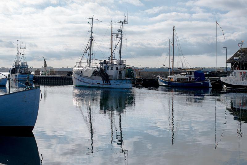 Fiskerbåd på vej ud af industrihavnen i Ebeltoft