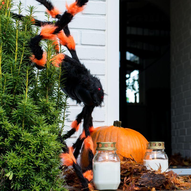 Pynt til Halloween med visne blade