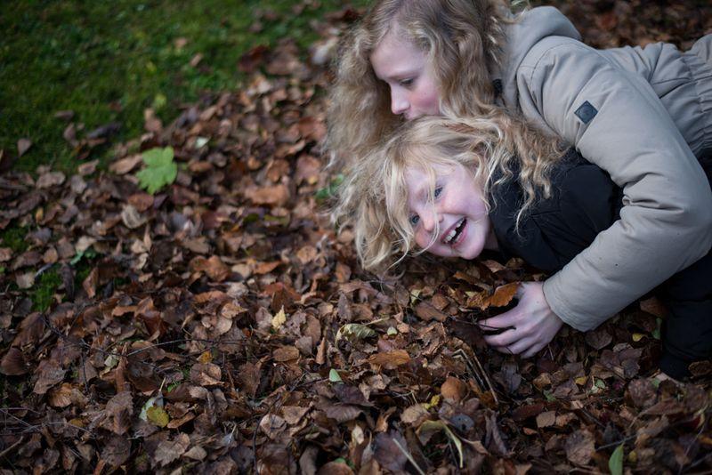 Pigerne leger i bladbunke