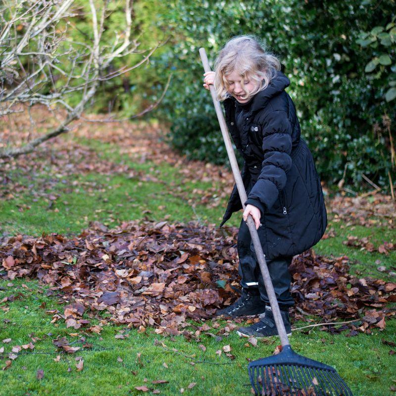Anna arbejder i haven