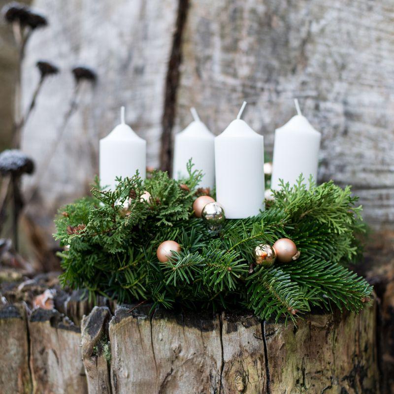 Traditionel adventskrans med gran og julekugler