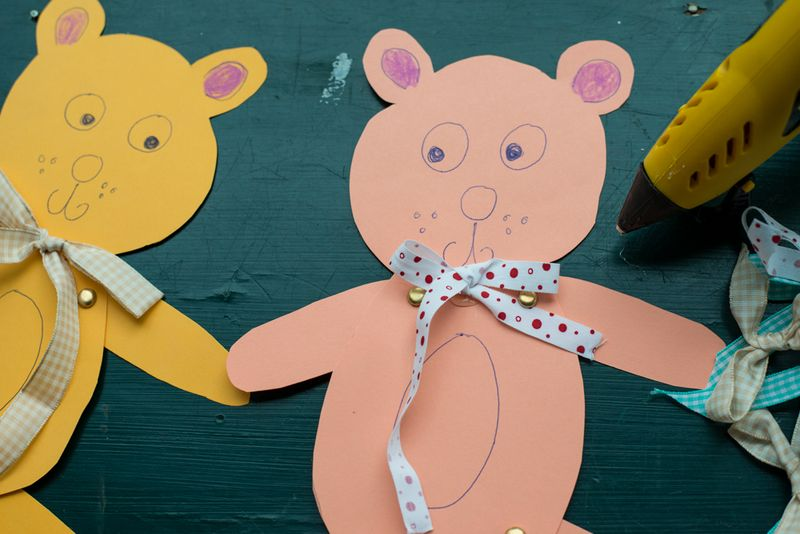 Invitation til bamsefest- lim sløjfer på