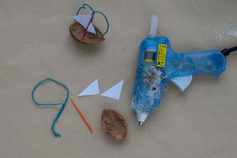 Sådan laves valnøddeskibe lim sejl på