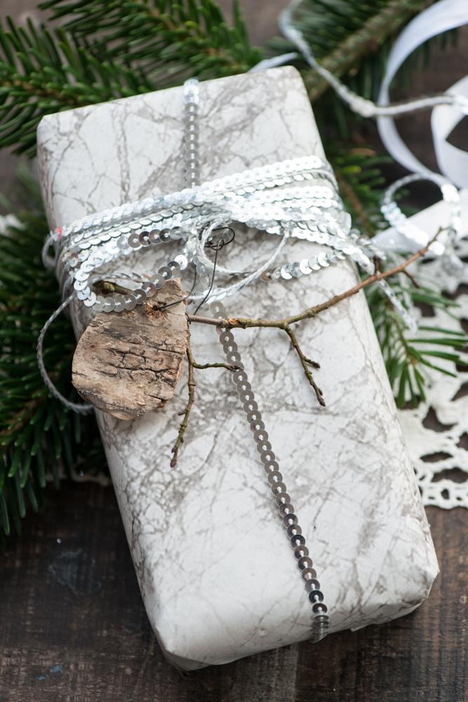 Gaveindpakning med marmor tapet