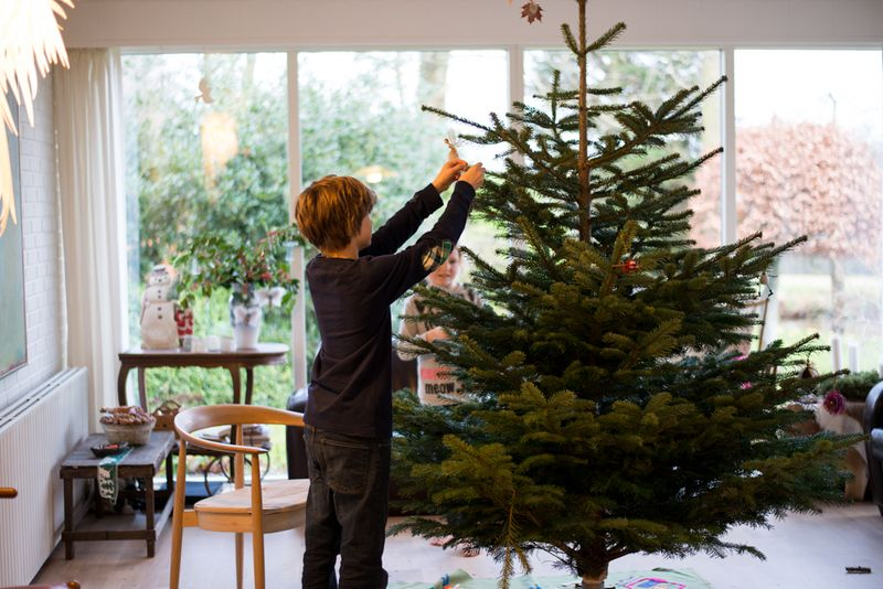 Rasmus pynter juletræ
