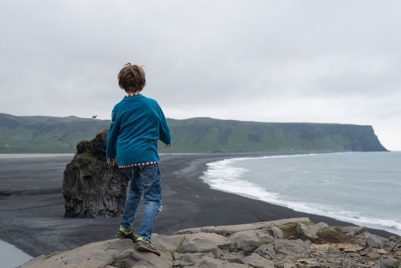 Rasmus smidder sten ved Dyrhólaey