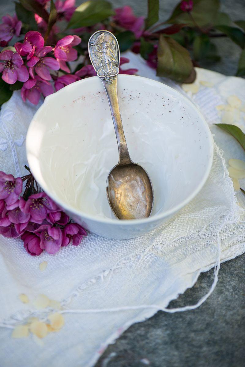 Sølvske i tom skål