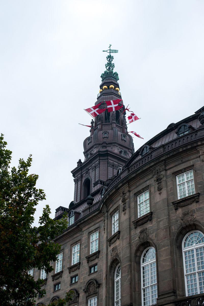 Christansborg med flag