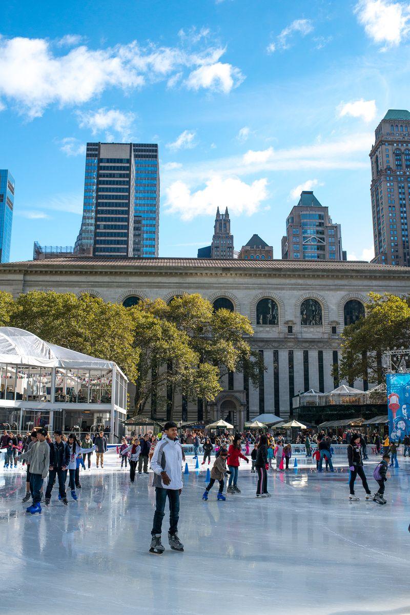 Bryant Park skøjtebane New York Public Library i baggrunden