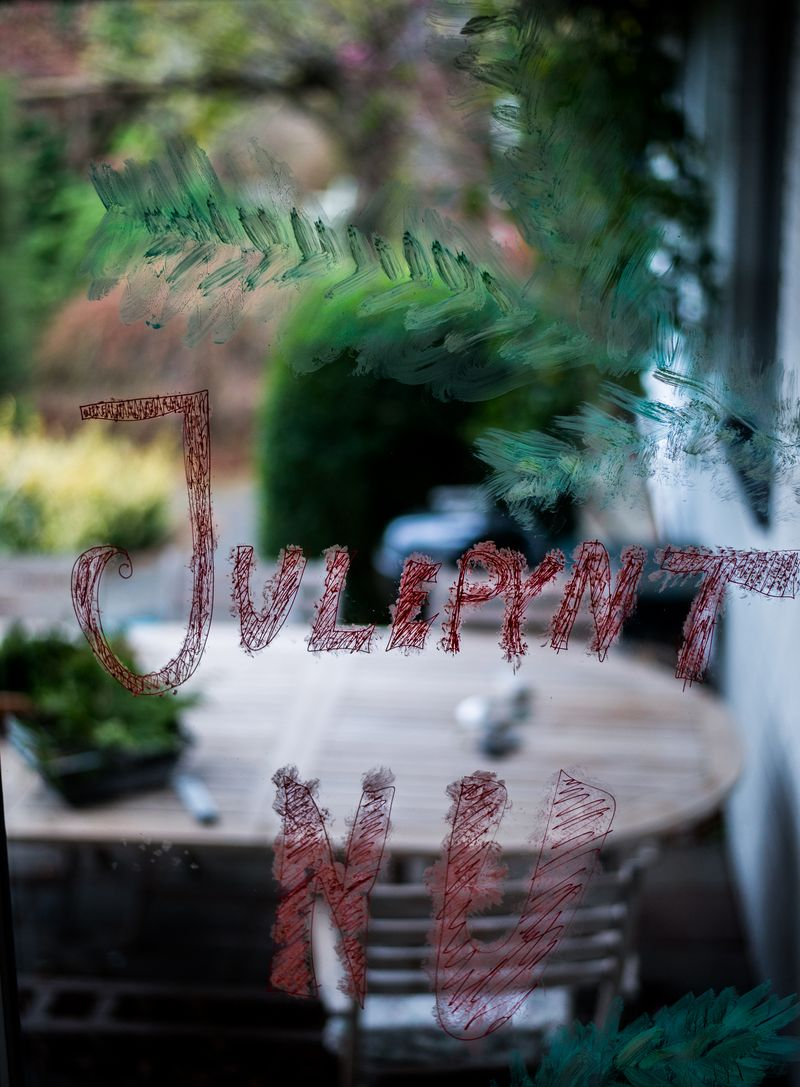 Drillenissen skriver på vinduerne