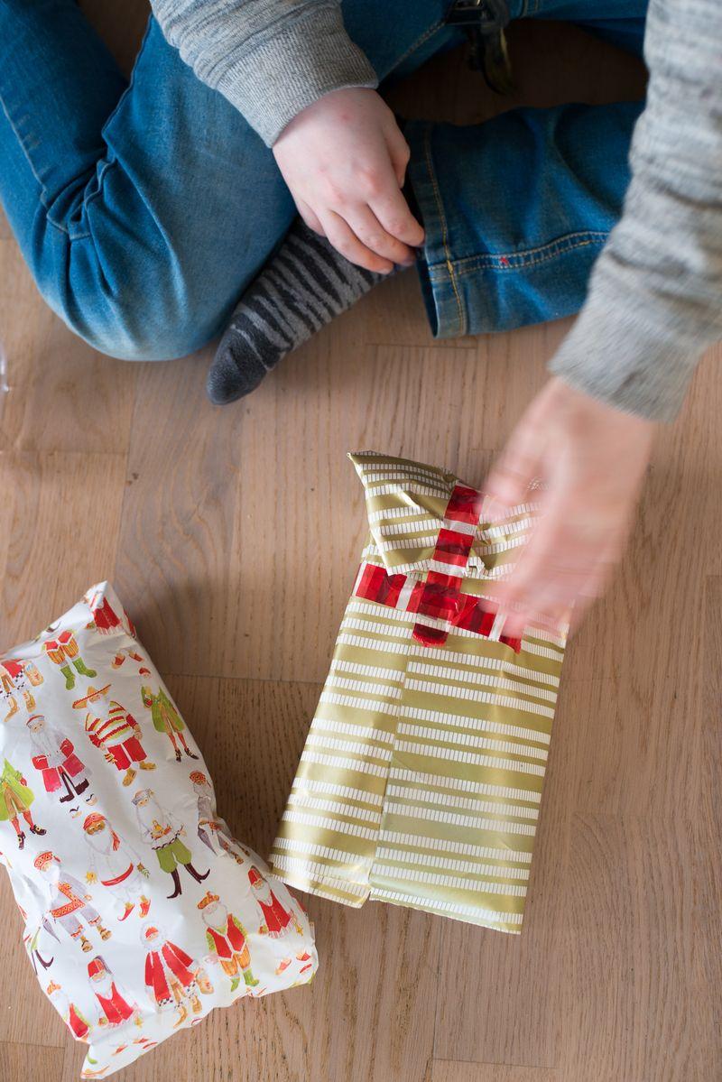 Anna pakker gaver ind