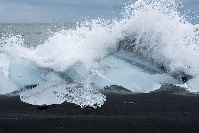 Bølger slår ind over isklumb ved Jökulsárlón