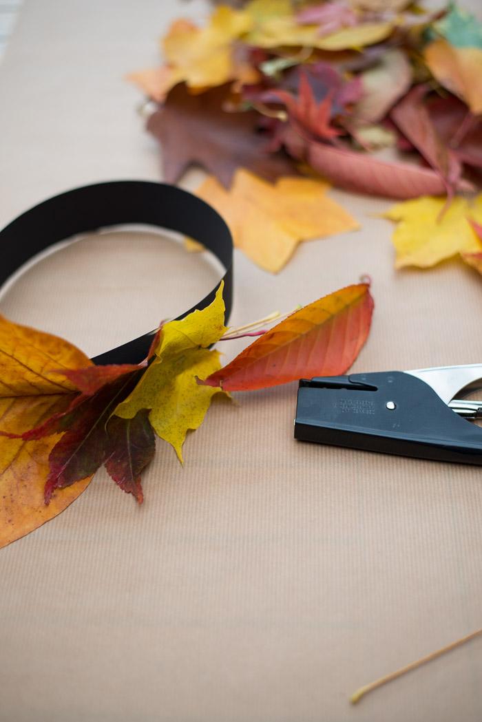 Sådan laver du en bladkrone af efterårsblade