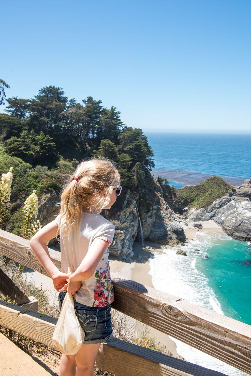 Anna ser på Pfeiffer falls