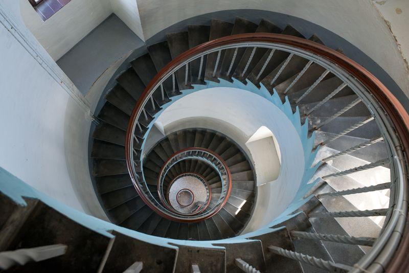 Lyngvig fyr et kik ned af trappen