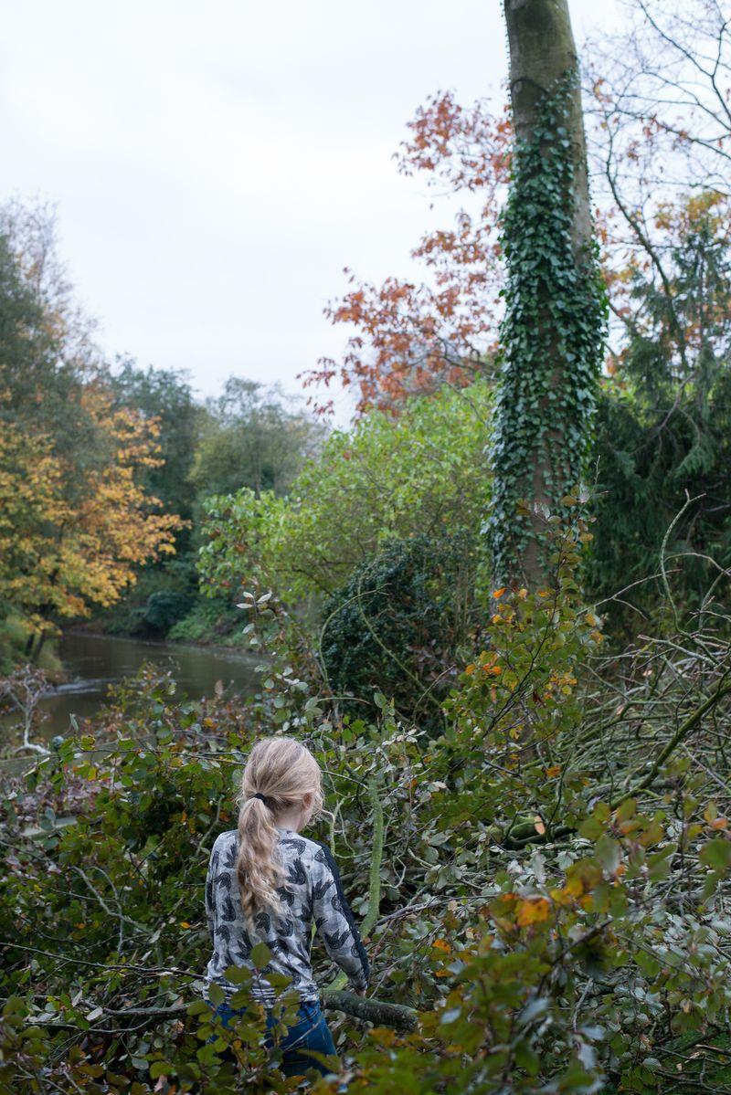 Anna bygger hule af grene fra bøg og kastanje
