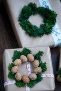 Kreativ gaveindpakning med grønne kranse