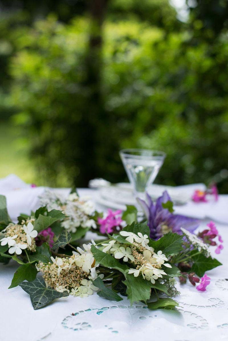 Blomsterkrans som bordpynt til Sankt Hans